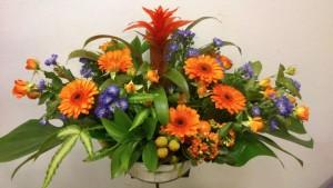 Centro de flores colorido para cumpleaños