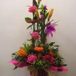Centro de flores vertical de flores variadas