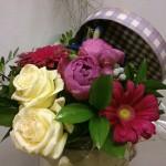Ramo de flores en sombrerera para cumpleaños